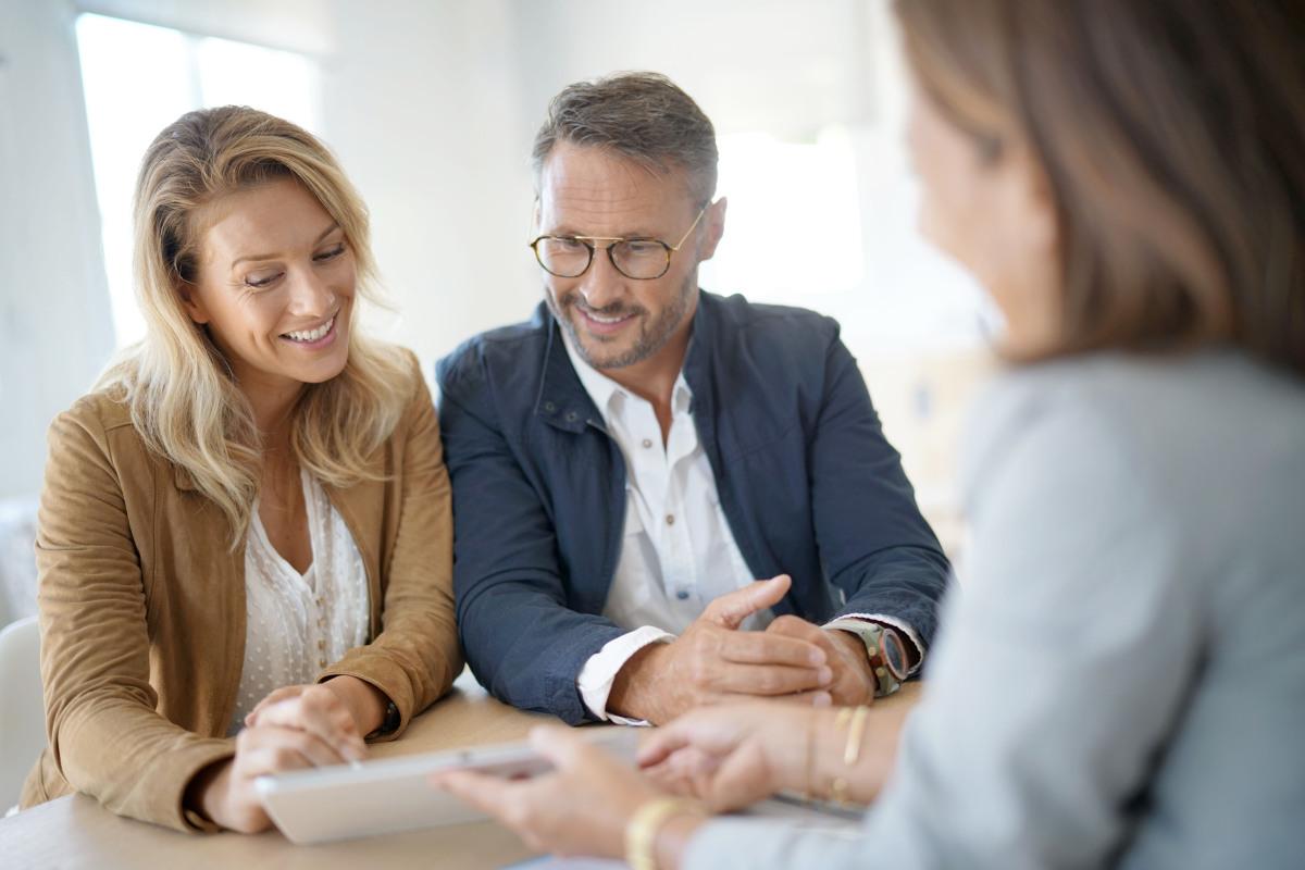 Marché immobilier à Nantes – Couple rencontrant un négociateur immobilier dans son agence.