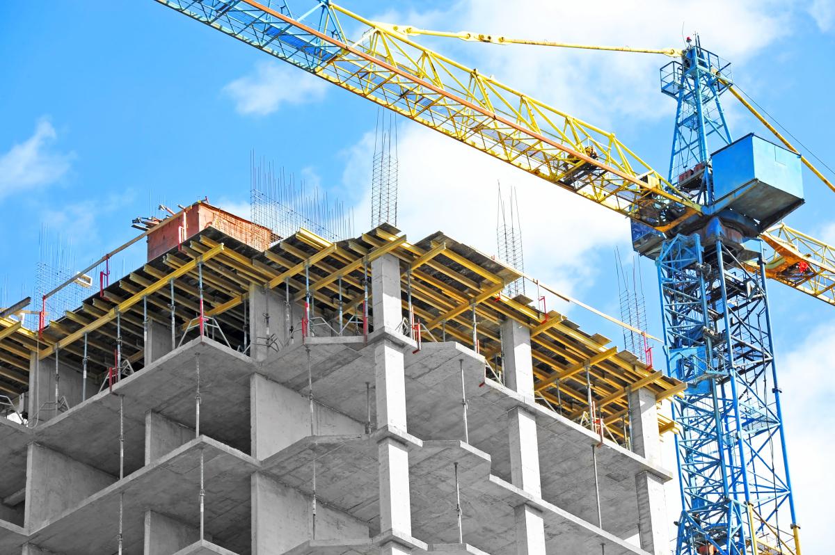 Marché immobilier à Nantes – Grue de chantier et bâtiment en construction sous un ciel bleu.