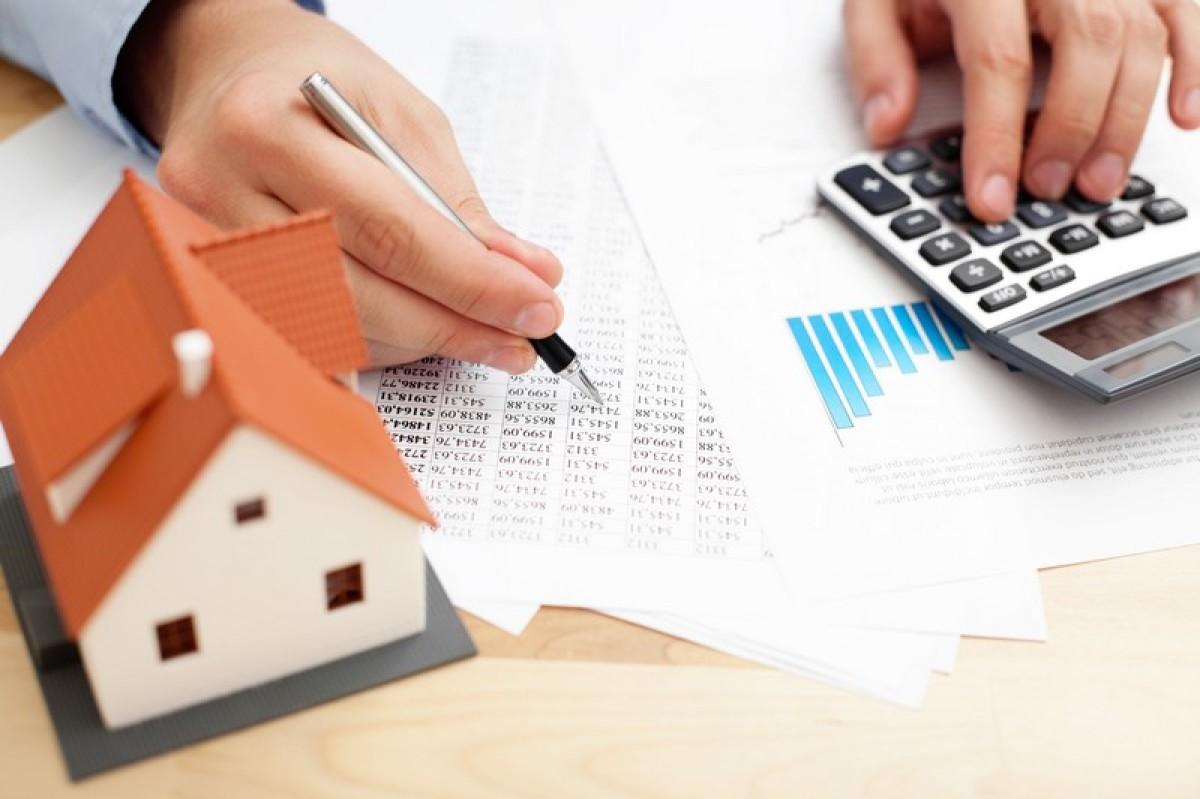Résiliation de l'assurance emprunteur à Nantes - Homme consultant les montants de son assurance emprunteur