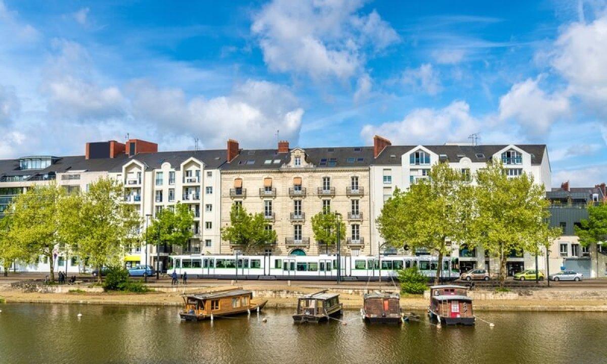 salaire logement nantes - Des immeubles situés le long de l'Erdre