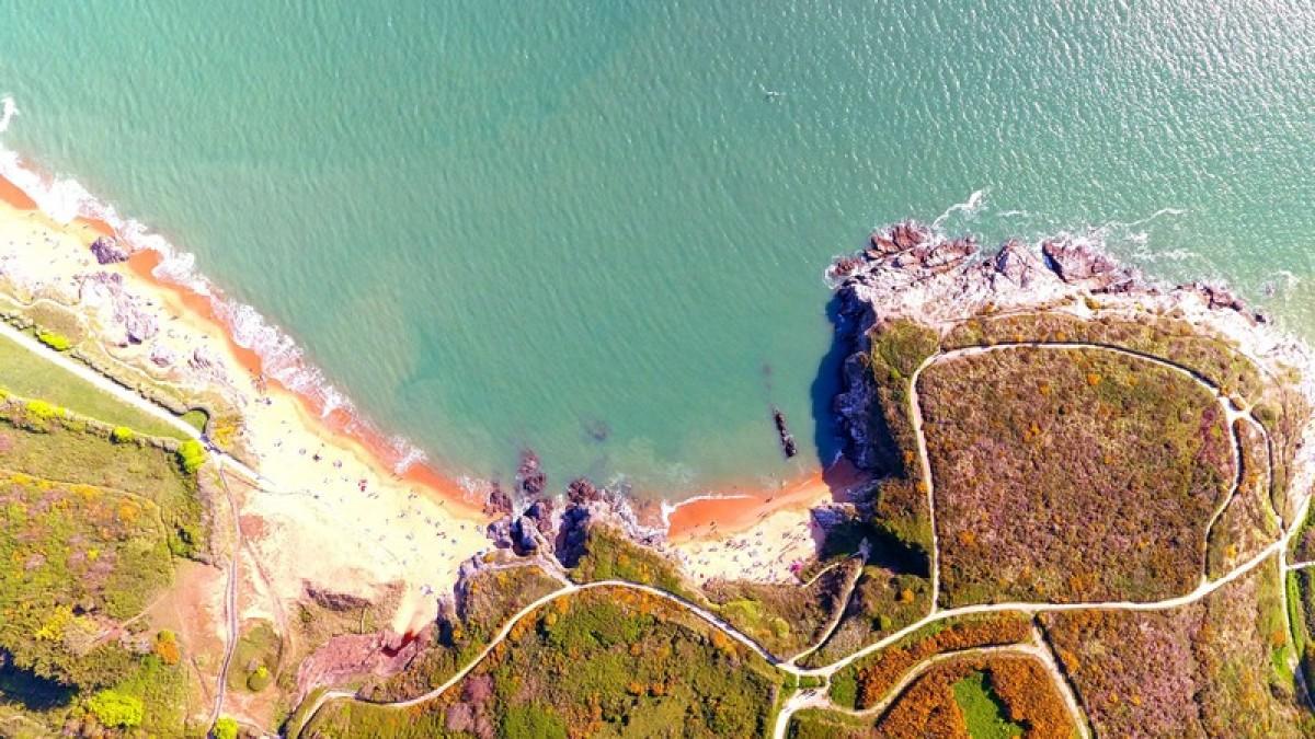 Une plage bretonne vue du ciel