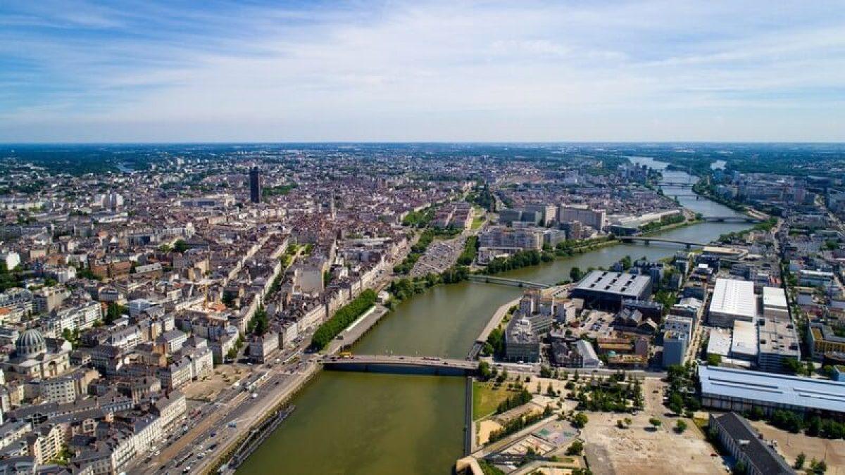 Vue aérienne sur le fleuve de la Loire traversant le centre-ville de Nantes