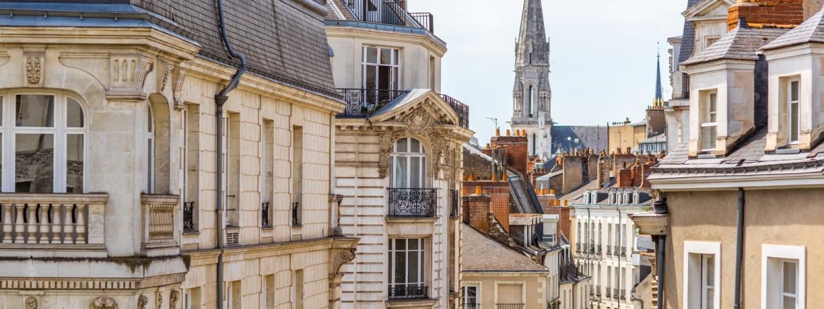 Vue des rues nantaises avec la tour de l'Église