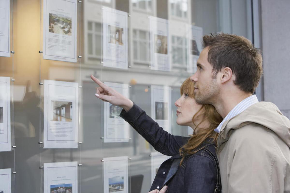 Le contrôle de l'inflation par l'OFS permet à ce couple nantais d'acheter à un prix abordable via le BRS, ils regardent ensemble les annonces immobilières