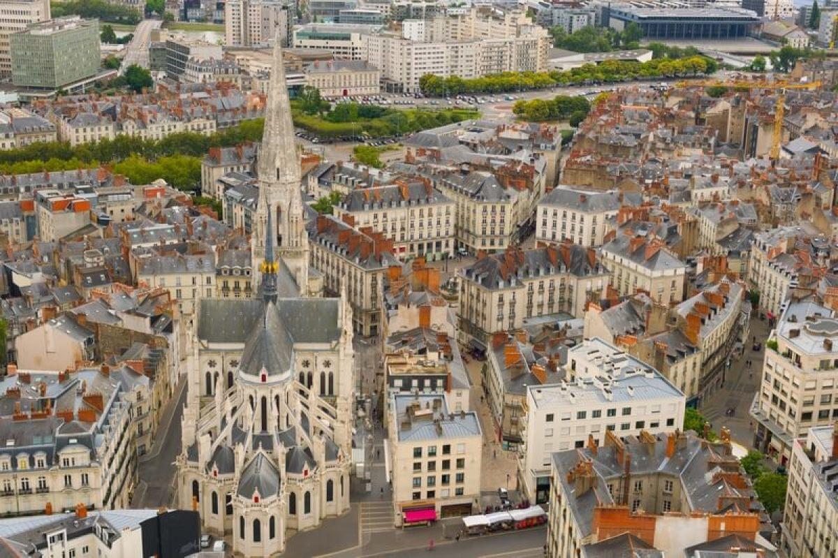 vue aérienne de nantes et de sa cathédrale
