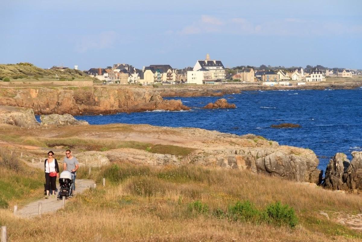 Une famille en promenade sur la côte Loire-Atlantique à Saint-Nazaire