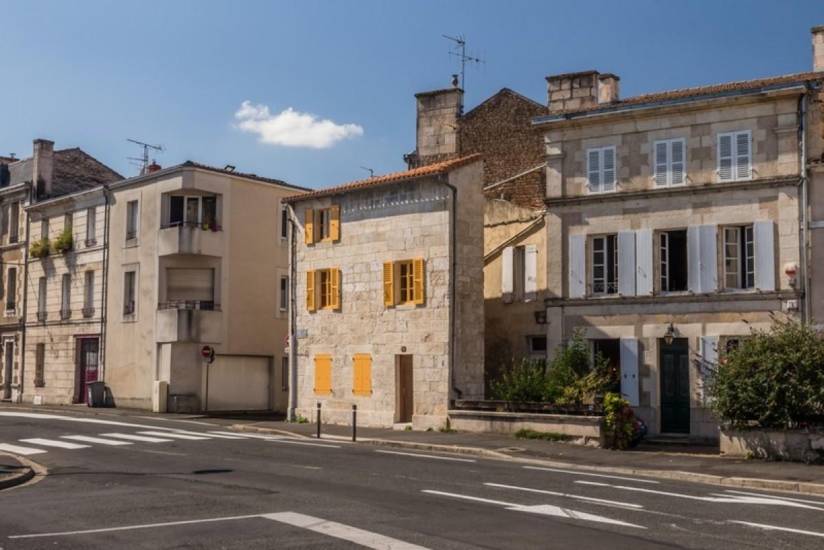 rue typique de nantes avec ses maisons anciennes