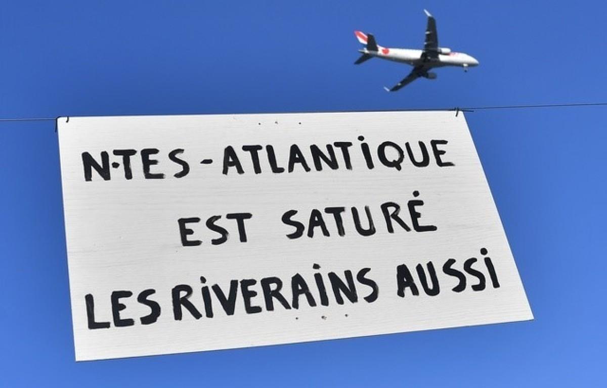 Une pancarte de manifestation contre la saturation de l'aéroport