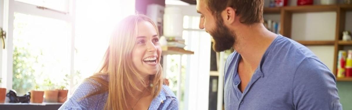 plafond pinel nantes - Jeune couple dans son appartement