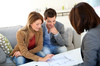Location loi pinel nantes - Jeune homme et jeune femme discutant autour d'une table