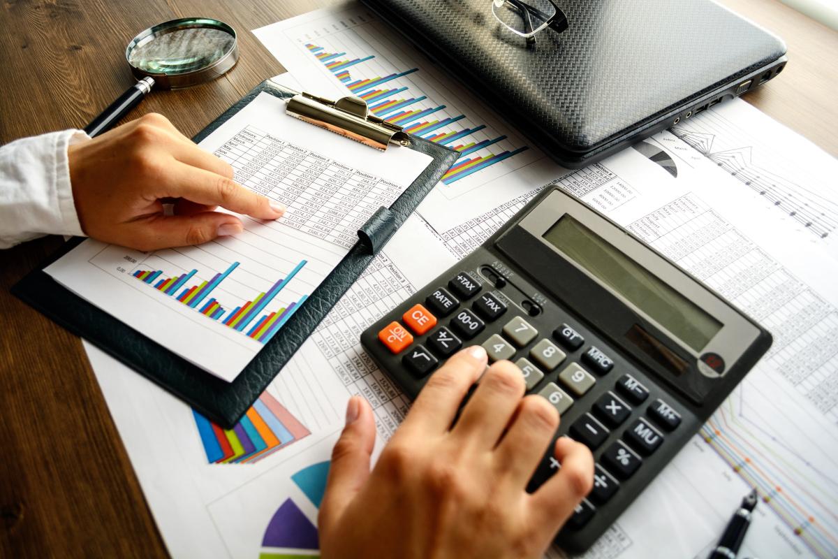 Politiques publiques à Nantes - Un homme calculant sa fiscalité