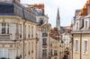 Vue sur des immeubles résidentiels dans le centre de Nantes et la tour de l'église