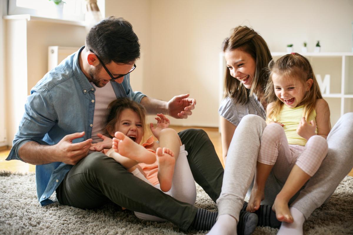 Développement durable à Nantes - Des enfants jouant avec leurs parents et riant