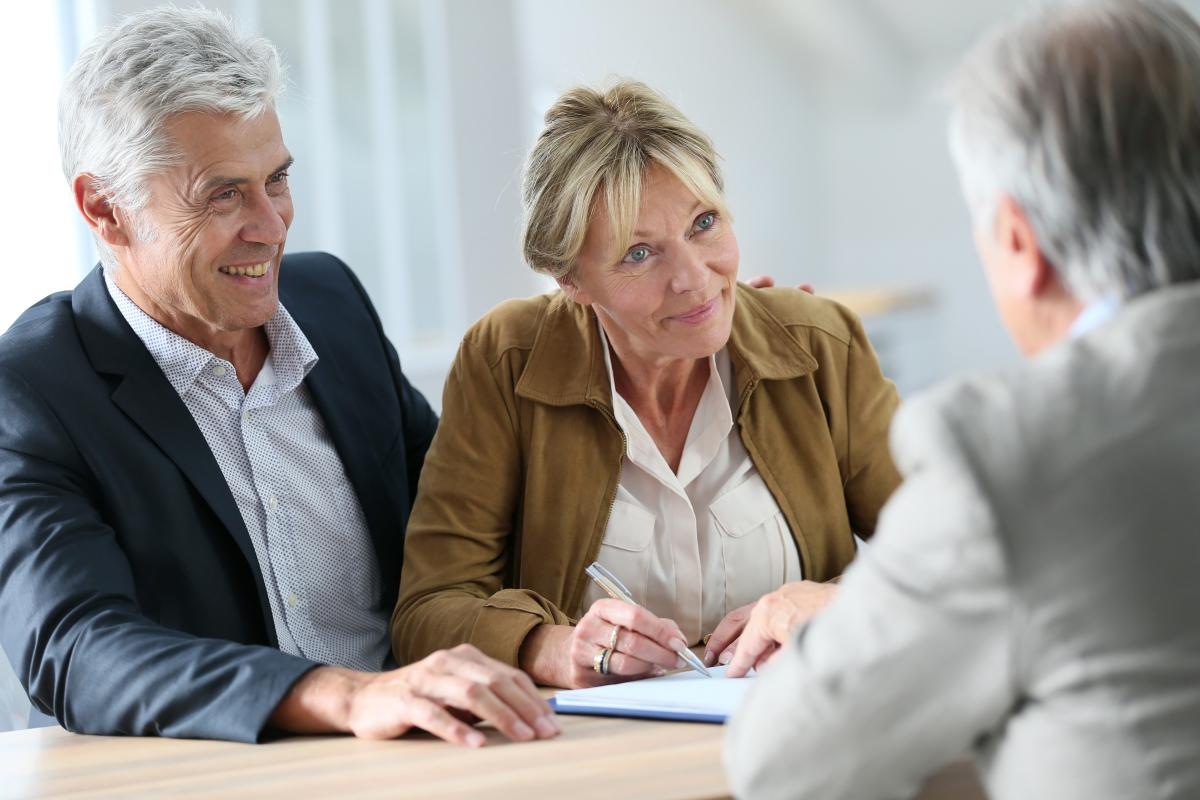 Fiscalité à Nantes - un couple en rendez-vous avec son agent immobilier pour un achat