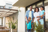Production de logement à Nantes - un couple et ses enfants devant leur maison
