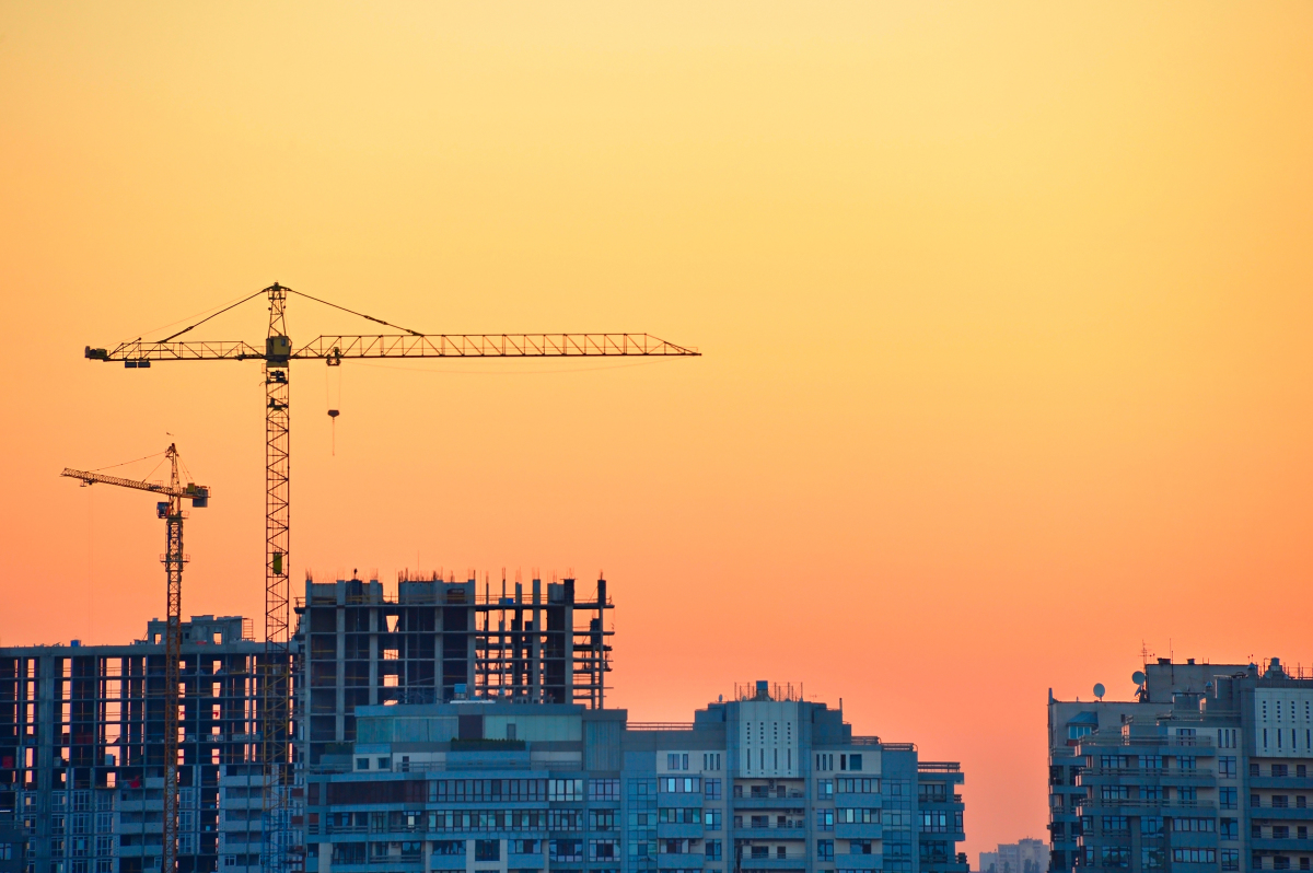 Accès au logement à Nantes - Une grue sur un chantier lors d'un coucher de soleil