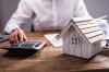 Un homme calculant ses mensualités de remboursement pour son prêt bancaire
