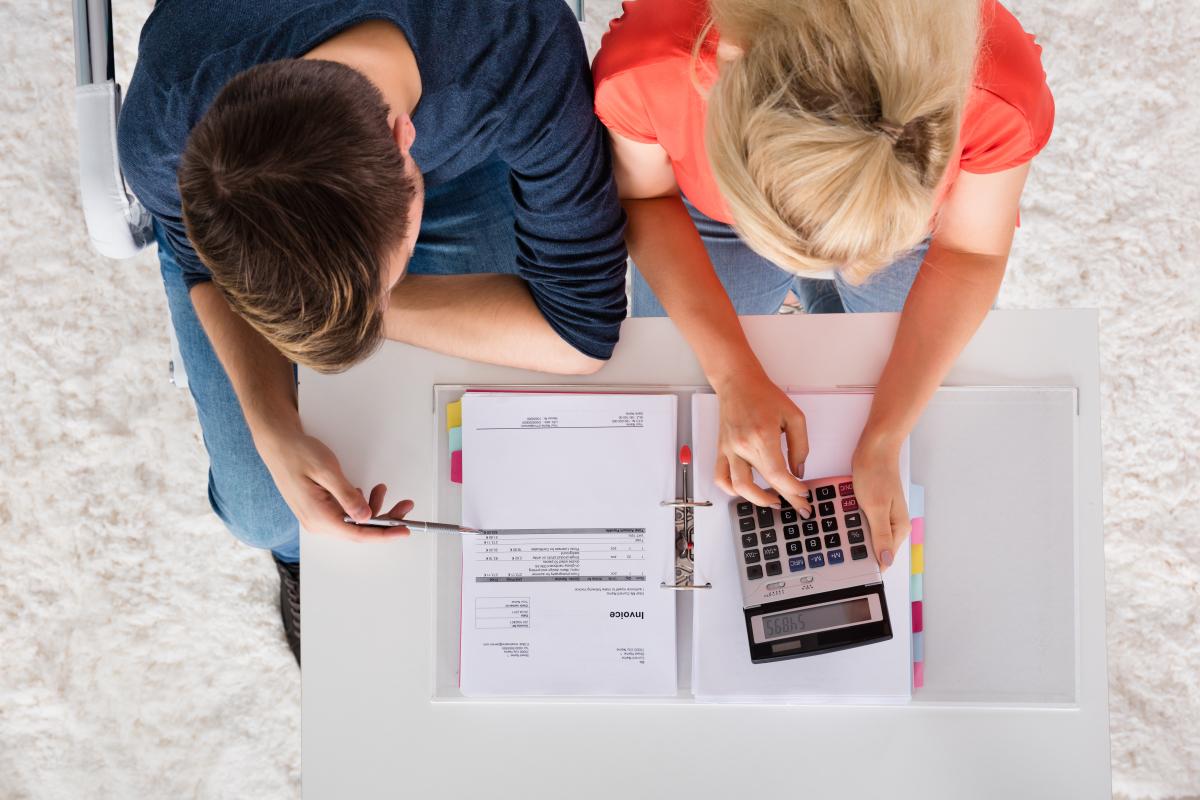 louer appartement nantes - couple calculant ses revenus locatifs