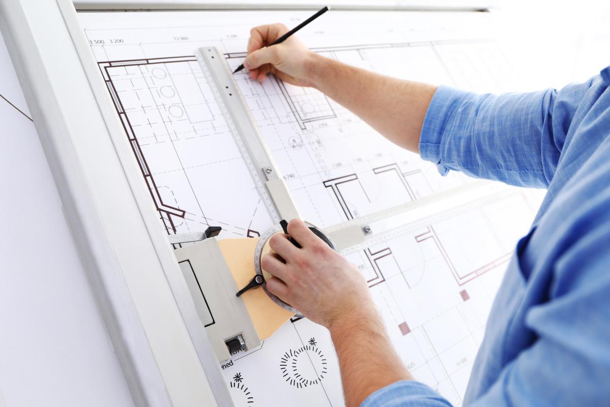 Promoteurs immobiliers à Nantes – Architecte travaillant sur les plans d'un programme