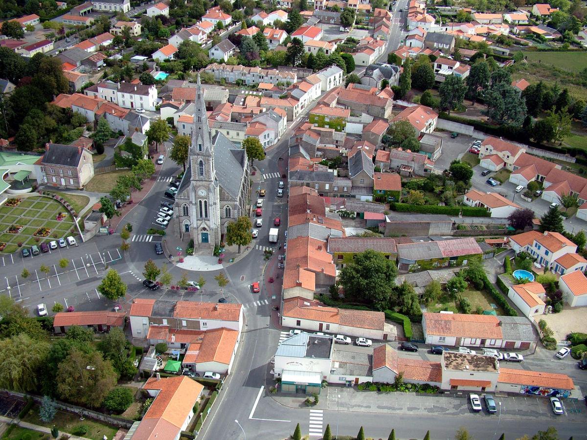 Vue aérienne de la place de l'église, à Nantes