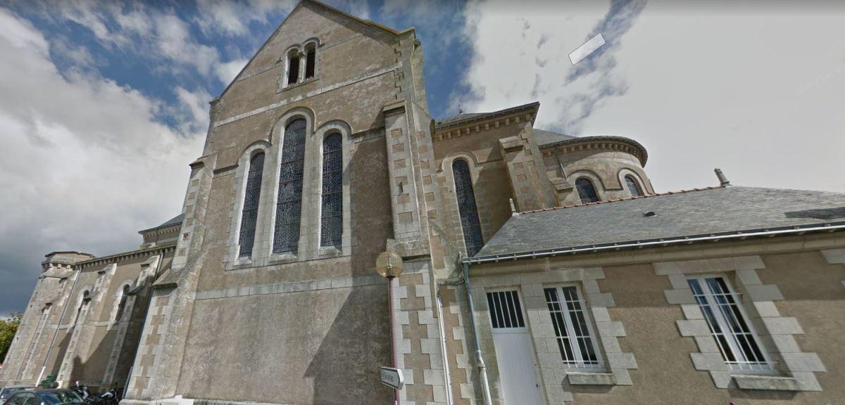 Vue sur l'église, place de l'Europe à Saint-Julien-de-Concelles