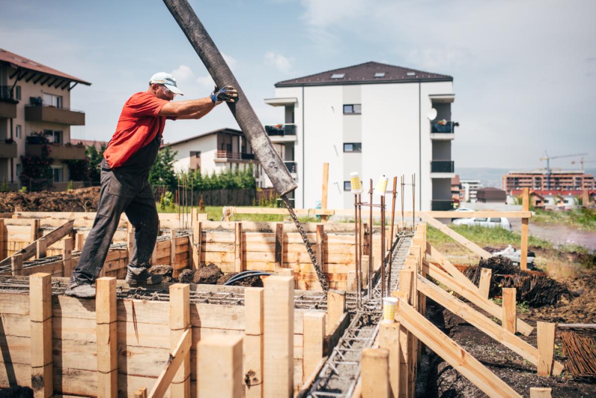 Immobilier neuf à Nantes – ouvrier sur le chantier d'un programme immobilier neuf
