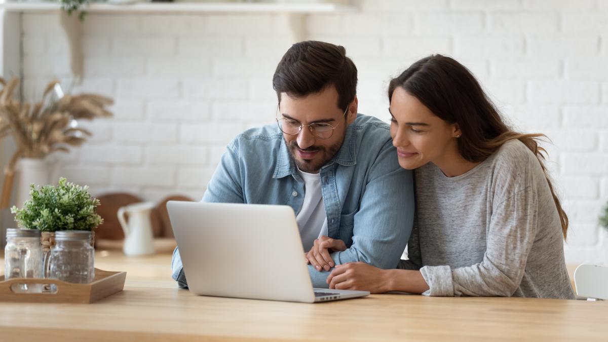 Le Prêt à Taux Zéro à Nantes – Couple qui regarde un ordinateur
