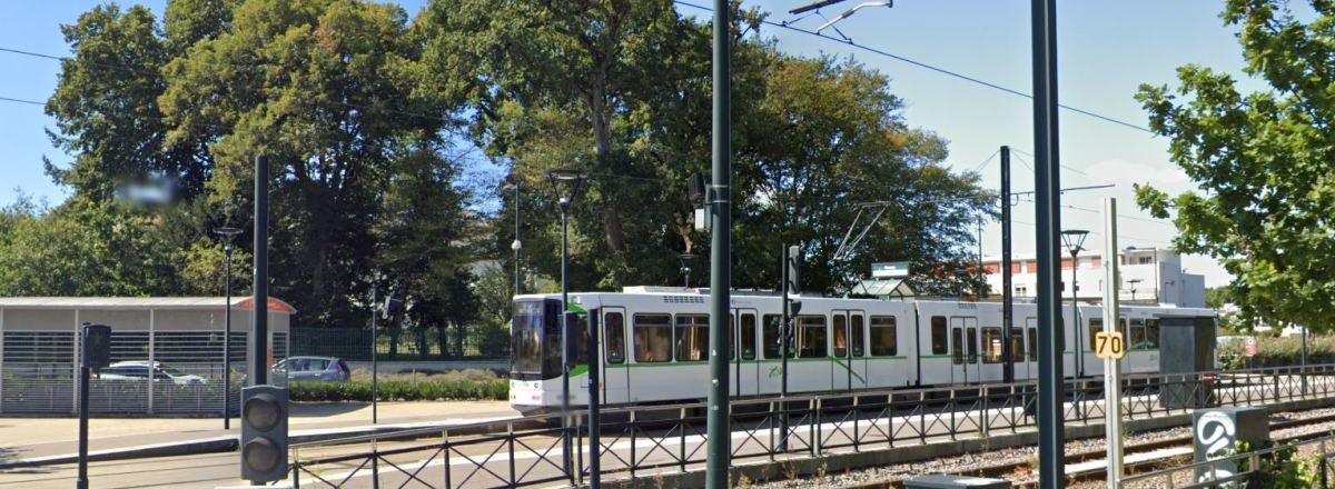 Batignolles Nantes – vue sur le tramway à l'arrêt Ranzay