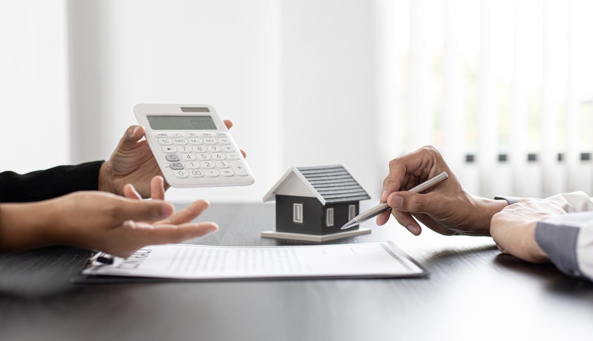 pret social location accession nantes - un conseiller bancaire calcule les mensualités de son client pour son prêt immobilier