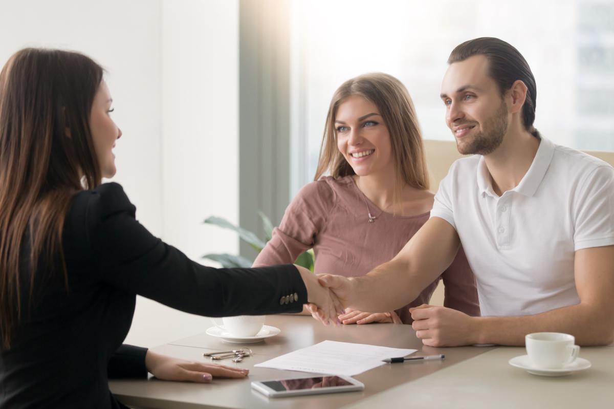 Nos partenaires – rendez-vous entre un courtier et un couple d'acheteurs