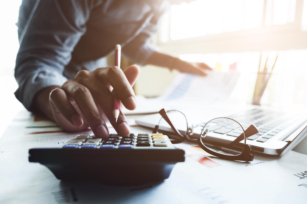Homme avec calculatrice – Aide à la transition énergétique
