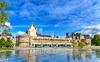 caserne mellinet nantes - Le château des Ducs de Bretagne à Nantes et le tramway passant devant