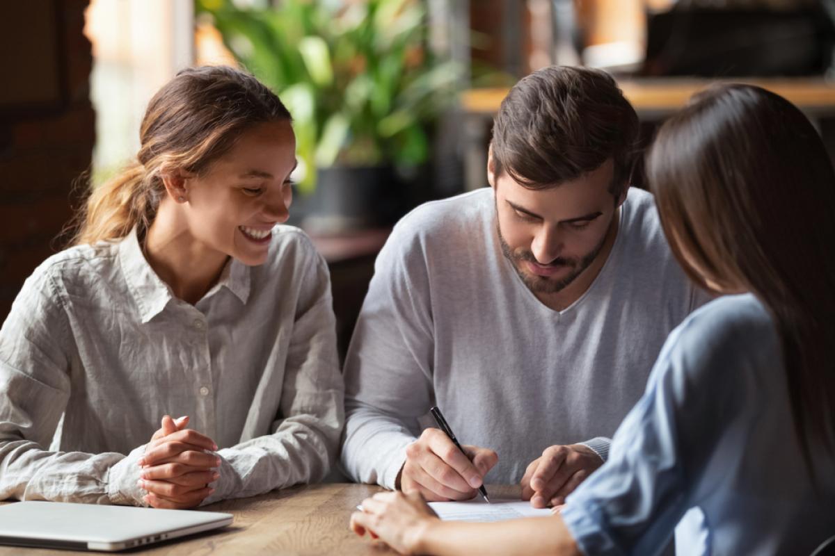 Avantages de l'immobilier neuf - couple en rendez-vous pour l'achat de leur logement neuf