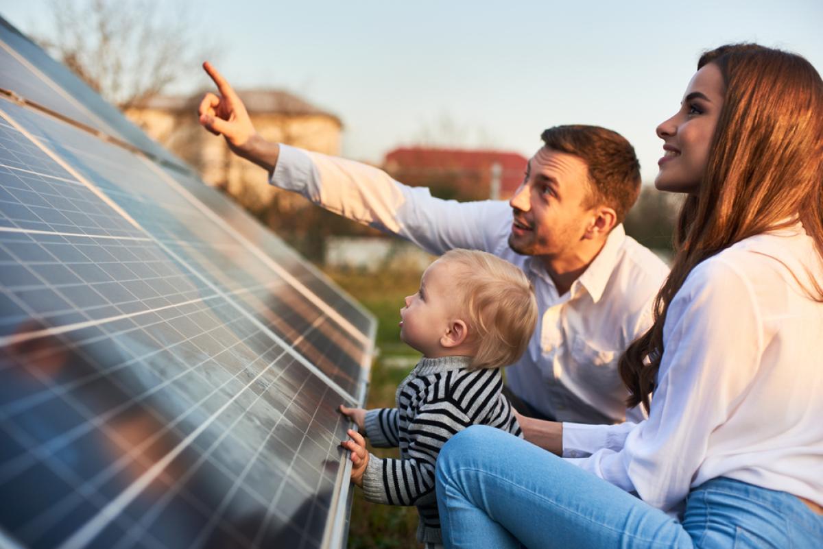 Immobilier écologique – une famille est heureuse de son investissement dans un panneau solaire