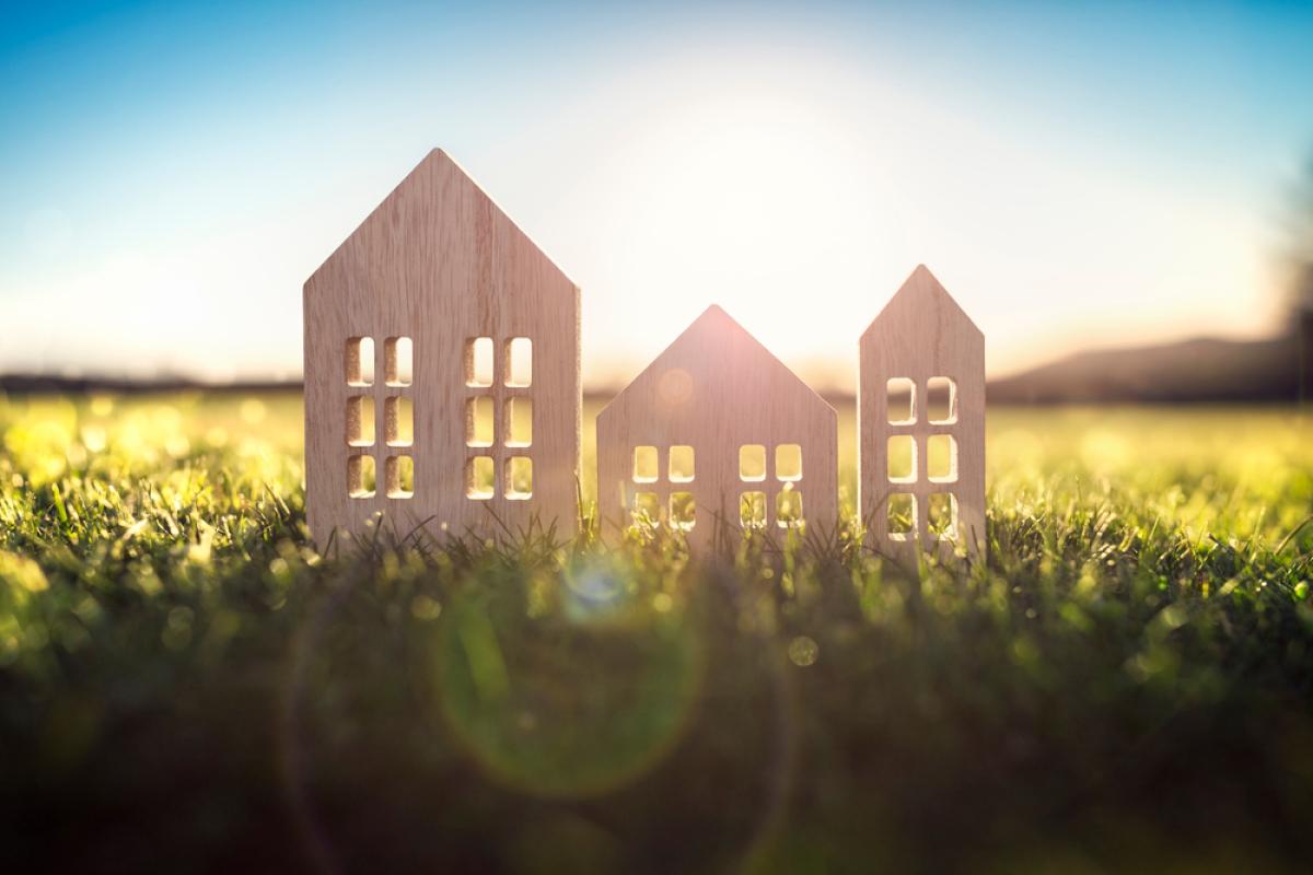 maison neuve Nantes – famille heureuse sur le terrain de sa maison
