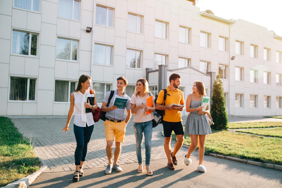 Investissement locatif Nantes – groupe d'étudiants sortant de l'université