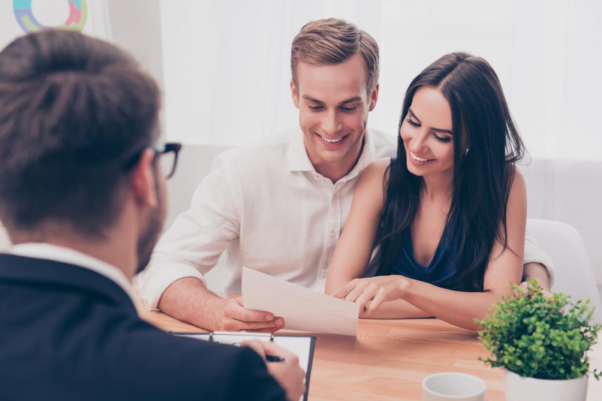 Investissement locatif immobilier Nantes – vue sur un couple signant leur mandat de gestion locative avec leur conseiller