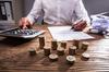 Loi Monuments Historiques – Homme faisant des calculs pour sa déclaration d'impôts