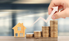SCPI Nantes – concept d'investissement immobilier, maison en bois et pile de monnaie