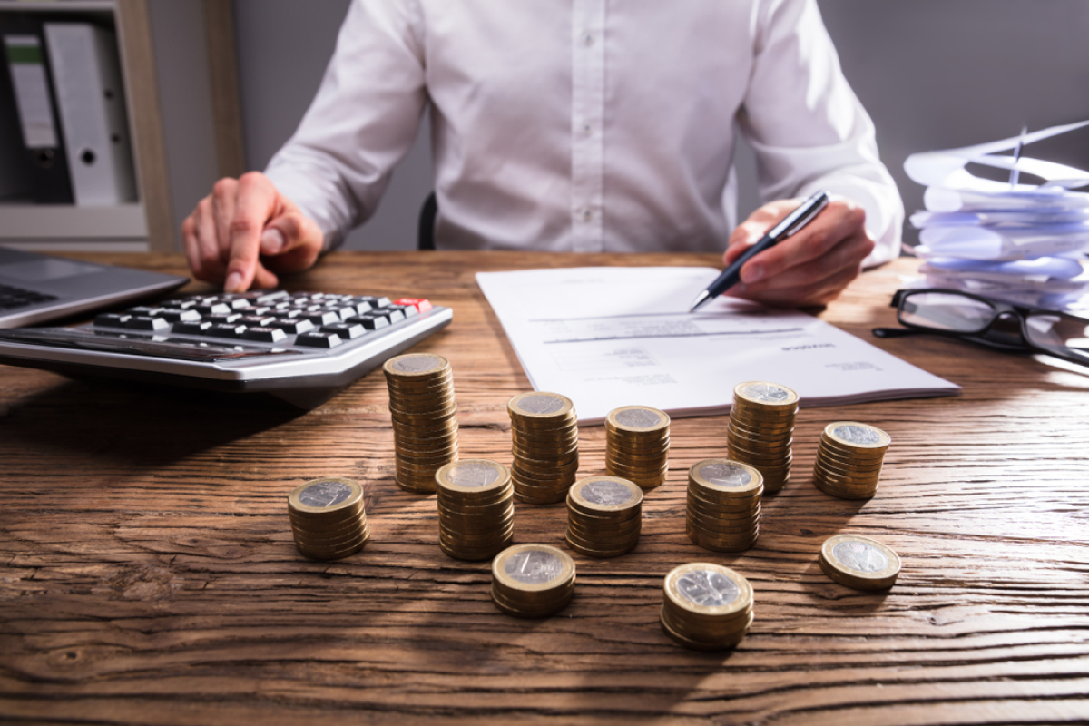 SCPI Nantes – Homme calculant ses impôts