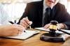 SCPI Nantes – Gens d'affaires et des avocats discutant de documents contractuels assis à la table