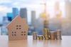 Les avantages du déficit foncier - Maison de bois et piles de pièces