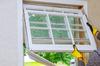 Loi Pinel ancien à Nantes – un ouvrier change une fenêtre vetuste