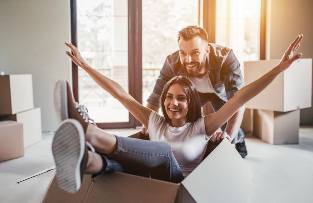 Loi Cosse à Nantes– Couple qui emmenage et joue avec des cartons