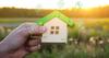 Habiter Nantes – une maison miniature représentant l'immobilier écologique
