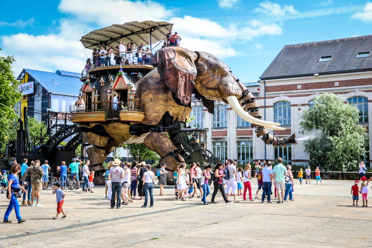 Bas-Chantenay à Nantes – Le Grand Eléphant des Machines de l'Île transportant des passagers