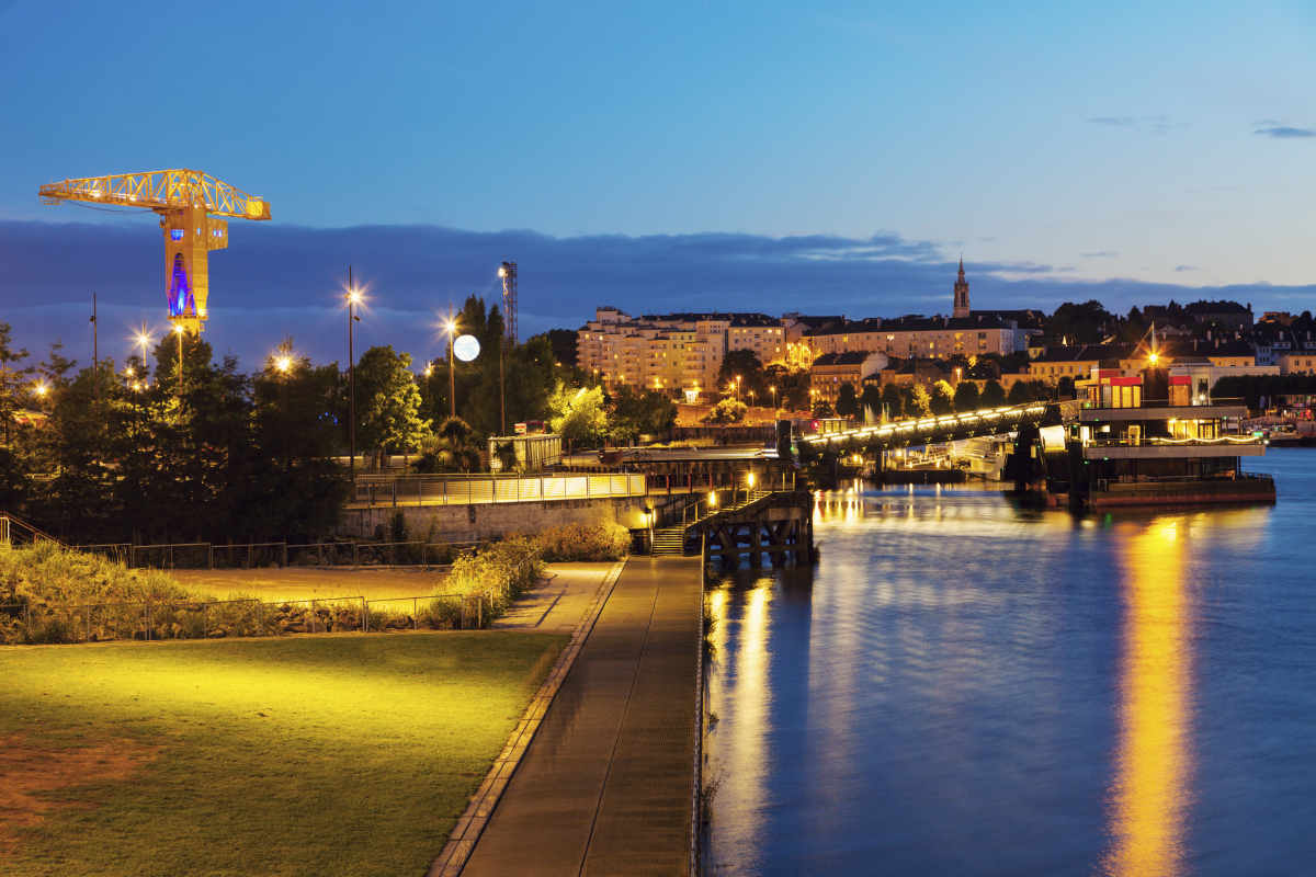 Bas-Chantenay à Nantes – Vue de Nantes depuis la Loire de nuit