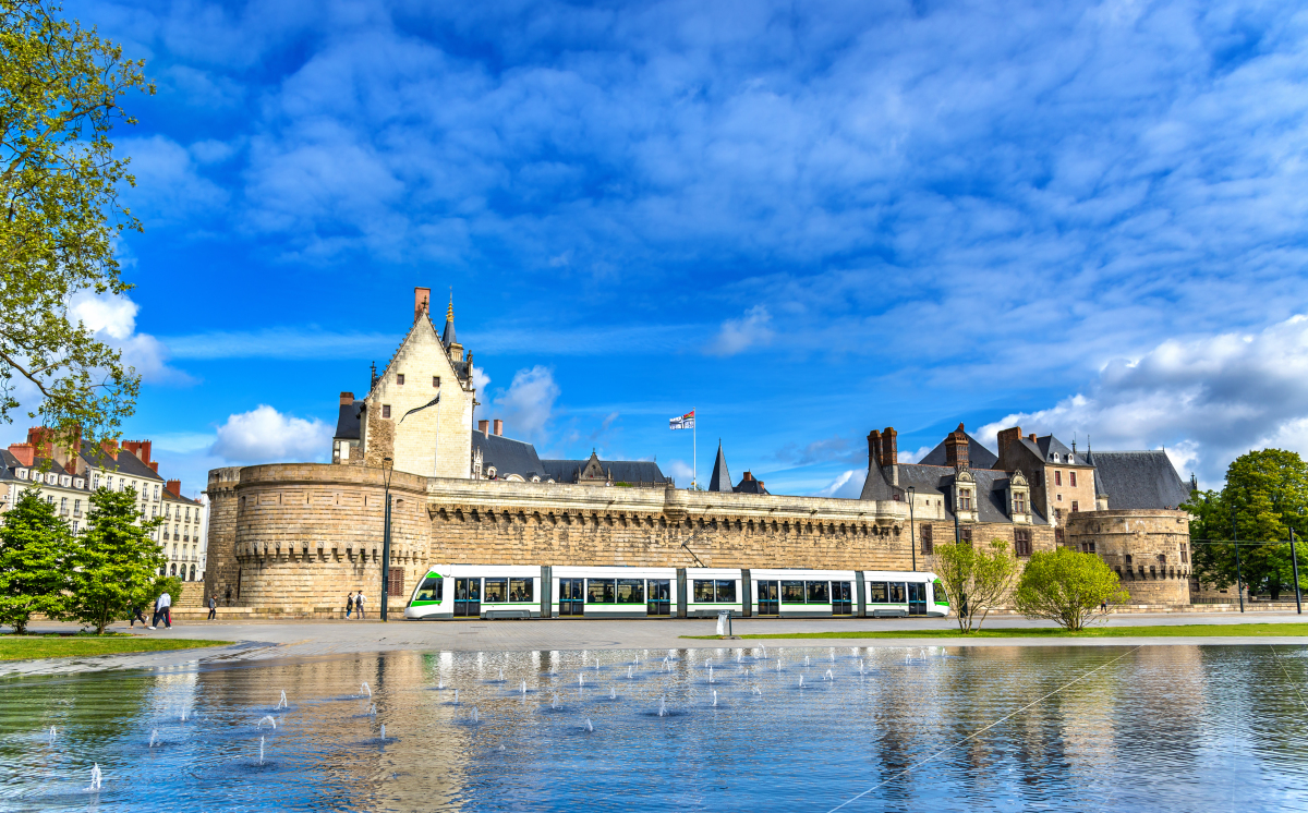 loi pinel nantes - Le château des Ducs de Bretagne à Nantes et le tramway passant devant