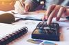 Simulateur de rentabilité locative – homme qui calcule ses finances