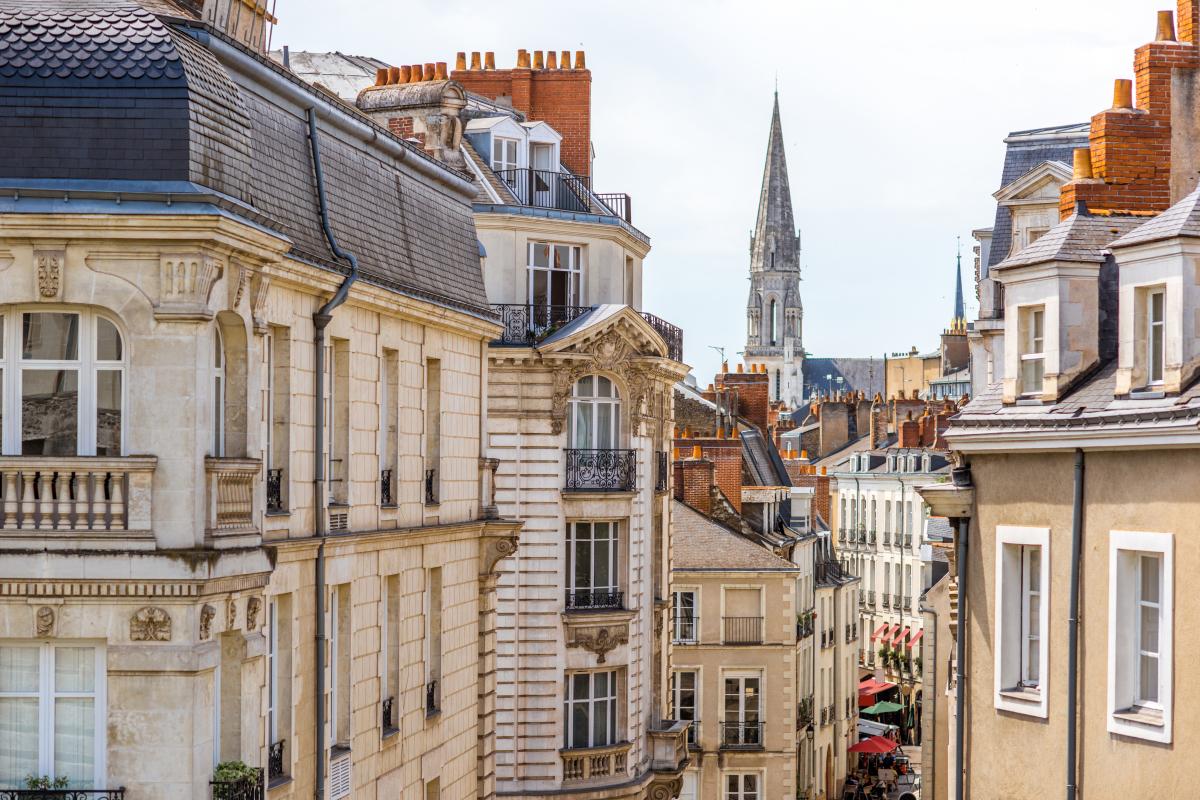 Investir à Nantes – Vue aérienne d'une rue du centre-ville